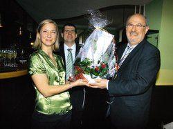 Blumengruß: <em>Bürgermeister Gerhard Link (rechts) mit Mark Antal und Szuzsanna Antal-Tabody <tbs Name=