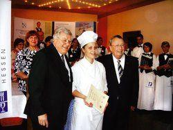 Hessenmeisterin: <em>Hotelier Bernd O. Ludwig (links) und Reinhard Schreek, Präsident des DEHOGA Hessen, gratulieren Katharina Beth <tbs Name=