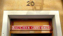 Klare Linie: <em>Franz März erklärt seine Gaststätte zum Raucherlokal <tbs Name=