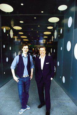 Stolz auf den Budenzauber: <em>Geschäftsführer Kai Hollmann (rechts) und Betriebsleiter Jörn Hoppe am Eingang der Superbude<tbs Name=