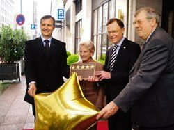 Die Sterne fest im Griff:<em> (von links) Direktor Michael Rupp, Eigentümerin Sybill Simon, Oberbürgermeister Stephan Weil, DEHOGA-Präsident Hermann Kröger <tbs Name=
