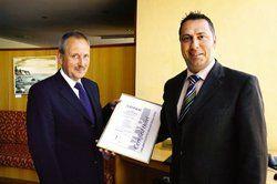 Brief und Siegel: <em>(von links) Günther Wieser überreicht Hoteldirektor Christian Schmidt das begehrte Zertifikat<tbs Name=