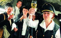 Hoch das Glas: Schieferwein, Schmalzbrot und Hefeschnaps lockern Bergfrau Peggys Rundgang auf