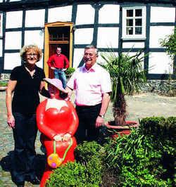 Frischgebackene Hoteliers: Hannelore Mayer-Stahl mit Ehemann Manfred und Sohn Ulli vor dem neuen Landhotel