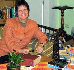 Ihr Lieblingsplatz: Conny Weiss inmitten ihrer Bücherschätze