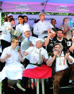 Topfdeckelmusik: Die Wettstreiter der Gastro-Olympiade feuern lautstark ihre Teams angefeuert