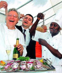 Kollektiver Genuss: Dem Chef und seinen Mitarbeitern schmeckt der frische Matjes