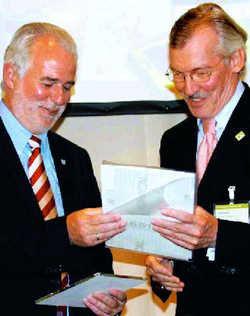 Verleihung: Wirtschaftsminister Jürgen Reinholz (links) überreicht dem Vizepräsidenten des DEHOGA Thüringen, Peter Henzel, das Qualitätssiegel