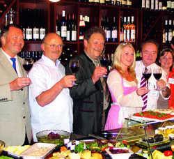 Prosit: Annenhof-Wirt Klaus Margis (Zweiter von rechts) mit Winzern und Erzeugern aus der Region