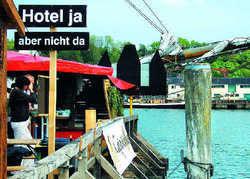 Leidvolle Erfahrung: Sichtbarer Protest im Jahr 2007 von Gegnern eines attraktiven Hotel-Neubaues am Flensburger Hafenostufer. Das soll in Flensburg nicht noch einmal passieren