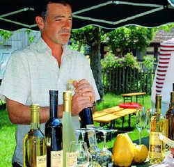 Seltene Sorte: Marius Wittur (links) stellt mit Quitten von eigenen Plantagen Wein und Prosecco her. Über die Frucht weiß er so gut wie alles