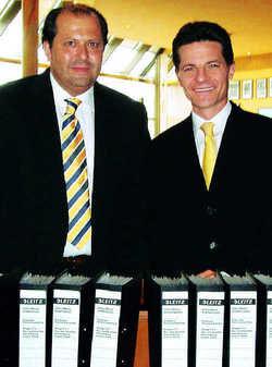 Geschafft: Hiltons Deutschlandchef Harnisch (rechts) und Direktor Rössler vor dem Vertragswerk