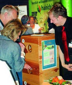 """Originell: Maik Krüger (rechts) und seine Mitarbeiter vom Eisenacher Göbel-Hotel locken Besucher mit einer """"Fühlstation"""" an"""