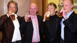 Prosit: (von links) Detlef Lotte, stellvertretender Bürgermeister Klaus Grimkowski-Seiler, Verleger Wolff-Martin Mundschenk und Guntmar Neugebauer