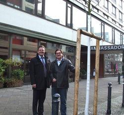 Der Baum steht: Sorat-Geschäftsführer Nicolas Meißner (rechts) und Ambassador-Hoteldirektor Matthias Kummer
