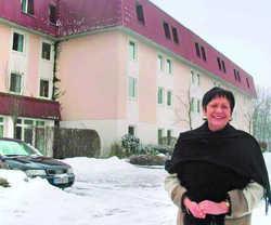 Jetzt Eigentümerin: Hannelore Neher vor ihrem Hotel
