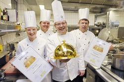 Küchenteam: (von links) Auszubildende Kathrin Burkhart, Auszubildender Kevin van der Osten, Küchendirektor Peter Schmidt und ganz rechts Küchenchef Ralph Krohn