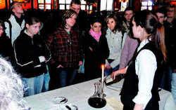Engagiert: Azubis erklären den Schülern die Berufe des Gastgewerbes