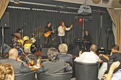Im Scheinwerferlicht: Hotelinhaber Benjamin Weiß kennt das Bühnengeschäft als Sänger der Doors-Coverband Soul Kitchen aus eigener Erfahrung