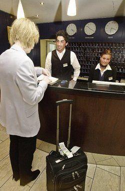 So gelassen und professionell wie Ibrahim Bektas und Morena Kusza in der Rezeption als Hoteldirektor und Empfangschefin agierten, fiel keinem Gast auf, dass Azubis für einen Tag die Rolle des erfahrenen Profi-Teams übernommen hatten. <tbs Name=