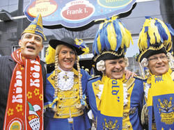 Frohnatur: (von links) Direktor Rolf Slickers mit dem Dreigestirn
