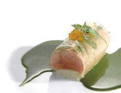 Elegantes Gericht von Nils Henkel: Mild geräucherter Saibling mit Kressegelee, Blattsalatjus und Saiblingskaviar