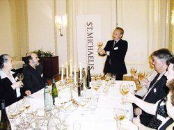 Sommelier Hendrik Thoma machte die Gäste anschaulich mit elsässischen Weinen vertraut. <tbs Name=