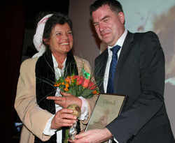 Ausgezeichnet: Roy Augustin verleiht Sonja Moor den Genusspreis