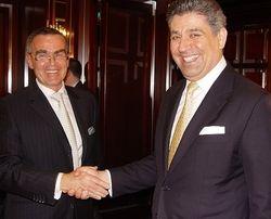 Würdevoller Abgang: Bernd A. Zängle (links) übergibt an Spiridon Sarantopoulos