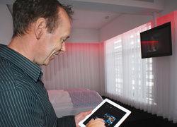 Spaß an der Technik: Dieter van Acken taucht das Zimmer per Computer in verschiedene Farben