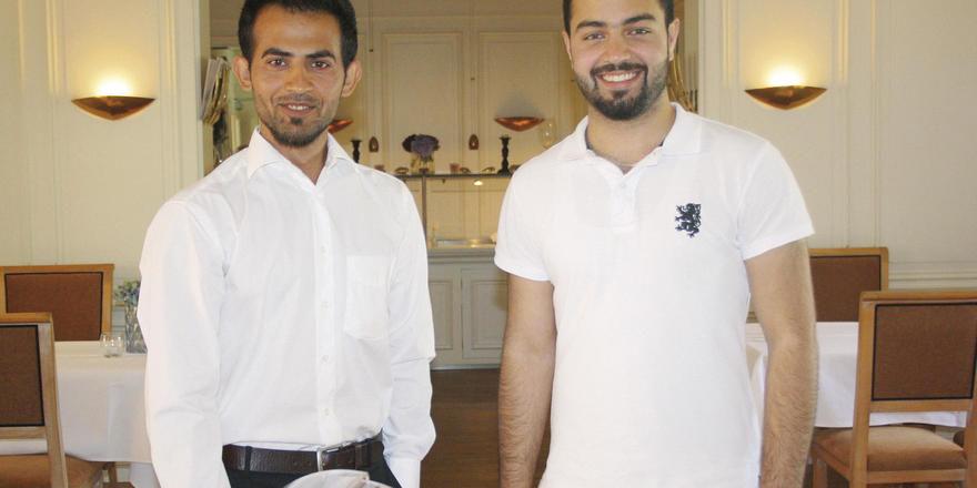 Motiviert: Die Asylbewerber Salih Shekhan (links) und Usman Soltani aus Afghanistan und Syrien arbeiten im Romantik Hotel Benen-Diken-Hof auf Sylt. Hotelbetreiber Claas-Erik Johannsen hat ihnen eine Chance gegeben