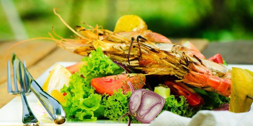 Salat mit Garnele: Viele junge Deutsche achten auf eine eiweißreiche Ernährung. Dabei darf's auch gern mal exotisch sein