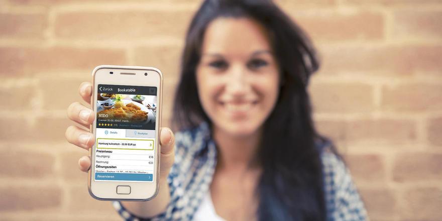 Online und mobil Tische buchen: Portale wie Bookatable bieten mehrere Reservierungswege an.