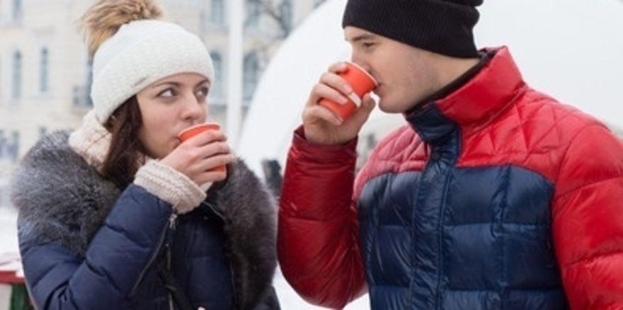 Aufwärmgetränk: Gastronomen dürfen Glühwein und andere Getränke unter bestimmten Bedingungen auch auf die Straße verkaufen