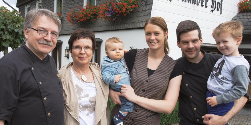 Machen vor, wie es funktionieren kann: (von links) Bernd, Hiltrud, Adrian, Kerstin, André und Lennard Mesters haben im Holländer Hof generationenübergreifenden Erfolg.