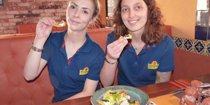 Heuschrecken auf dem Teller: Die Espitas-Kellnerinnen Jenny Jahn ( links) und Michelle Naumann beim Selbstversuch