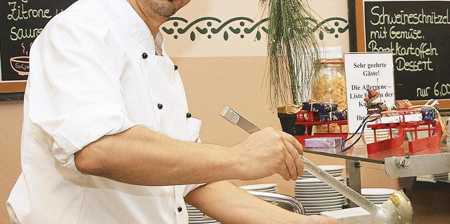 Packt überall mit an: Almuntajab Alaani hilft auch bei der Essensausgabe.