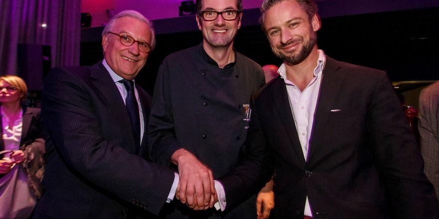 Trio: (von links) Franz J. Klein (Präsident DEHOGA Hamburg), Matthias Cantauw (Küchenchef Heritage Restaurant) und Michael Wagner (Geschäftsführer der Betreibergesellschaft Munich Hotel Partners)