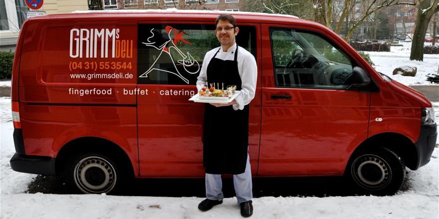 Er weiß, wie's geht: Erik Blank mit feinen Kleinigkeiten vor seinem knallroten Lieferwagen