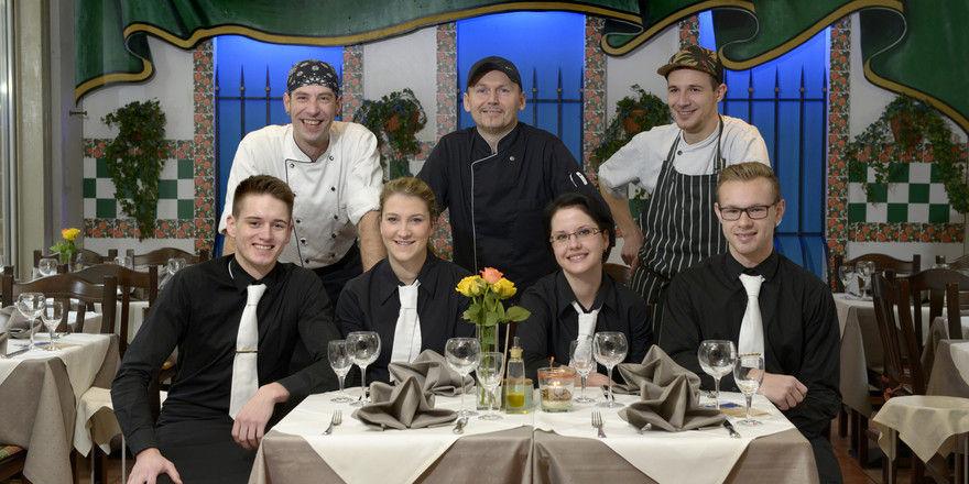 Gemeinsam zum Erfolg: Die Crew des Restaurants Gaudí um Inhaber Damian Konwissorz (Mitte)