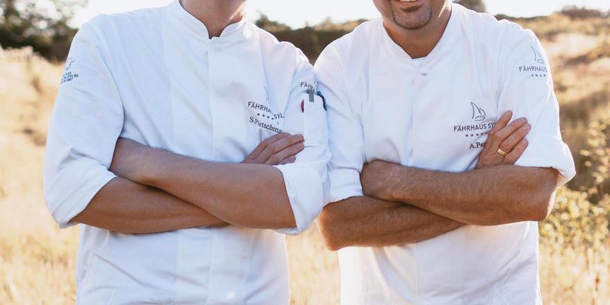 Bier und Brot: Der frühere Sylter Sternekoch Alexandro Pape (rechts) und sein Souschef Sven Pietschmann setzen jetzt auf ein bodenständiges Konzept.