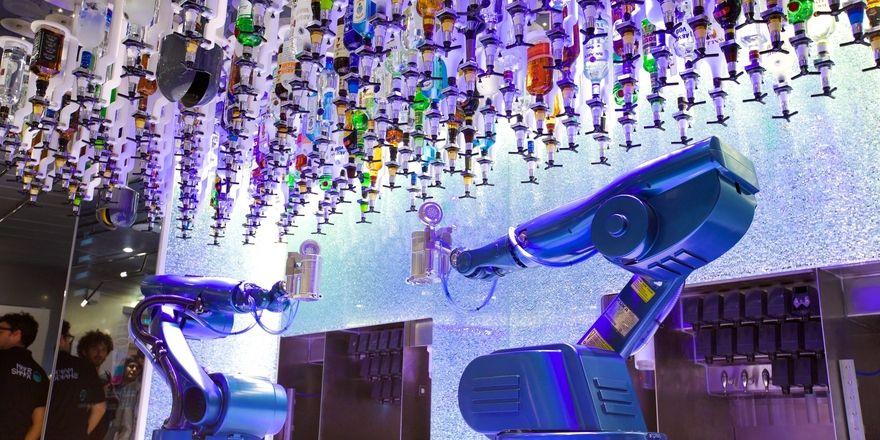 Roboter mixen Cocktail: Das soll in Kürze auf dem Kreuzfahrtschiff Harmony of the Seas in der Bionic Bar möglich sein