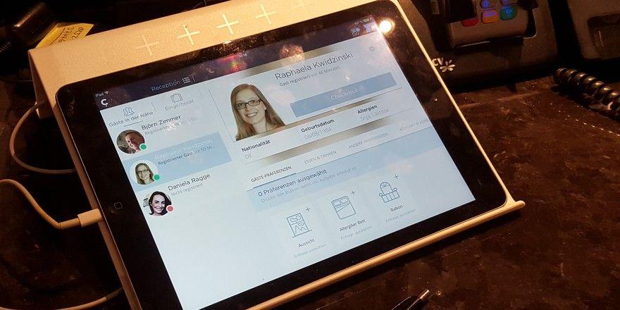 Conichi an der Rezeption: Über ein Tablet bekommt das Personal die Profile der eintreffenden Gäste angezeigt