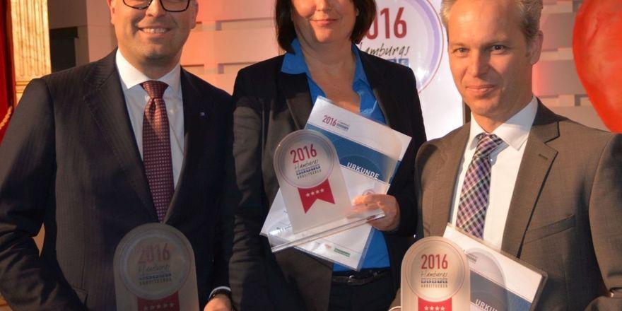 Stolz auf die Ehrung: (von links) Jasper Broeker (Grand Elysée), Kristin Putze (Jim Block) und rechts Clive Scheibe (Block House) nahmen die Auszeichnungen als Hamburgs Beste Arbeitgeber entgegen