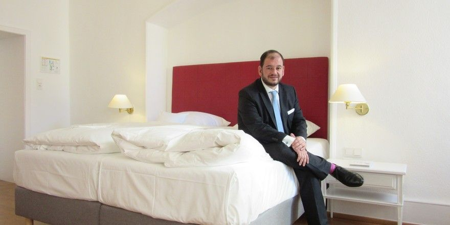 So sehen sie aus: Die neuen Zimmer im Hotel Zum Ritter St. Georg in Heidelberg. Mit im Bild ist Geschäftsführer Matthias Engel.