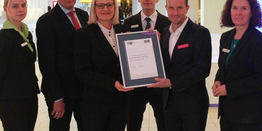 Stolz auf das IHK-Siegel: Direktor Jan-Patrick Krüger (Zweiter von rechts) und sein Team vom Hotel Berlin, Berlin