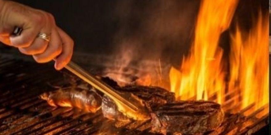 Steak braten auf offenem Feuer: Das ist eines der Kernelemente des Chubut-Konzepts