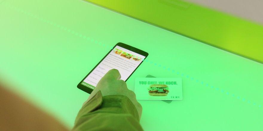 Express-Bestellung: Im Imbiss TKWY können die Gäste nun per Touch-Pad bestellen