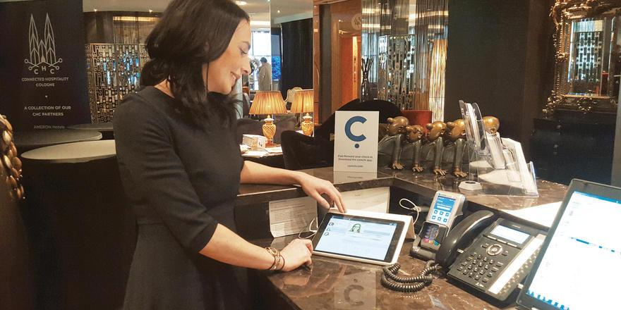 Schnellerer Check-in: Daniela Ragge von der Savoy-Geschäftsführung demonstriert das Conichi-System.