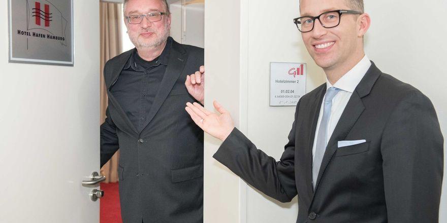 Feierlich eröffnet: Philip Borckenstein von Quirini, GM des Hotel Hafen Hamburg, enthüllt mit Schulleiter Robert Panz das vor dem Zimmer neu angebrachte Hotel Hafen Hamburg-Logo